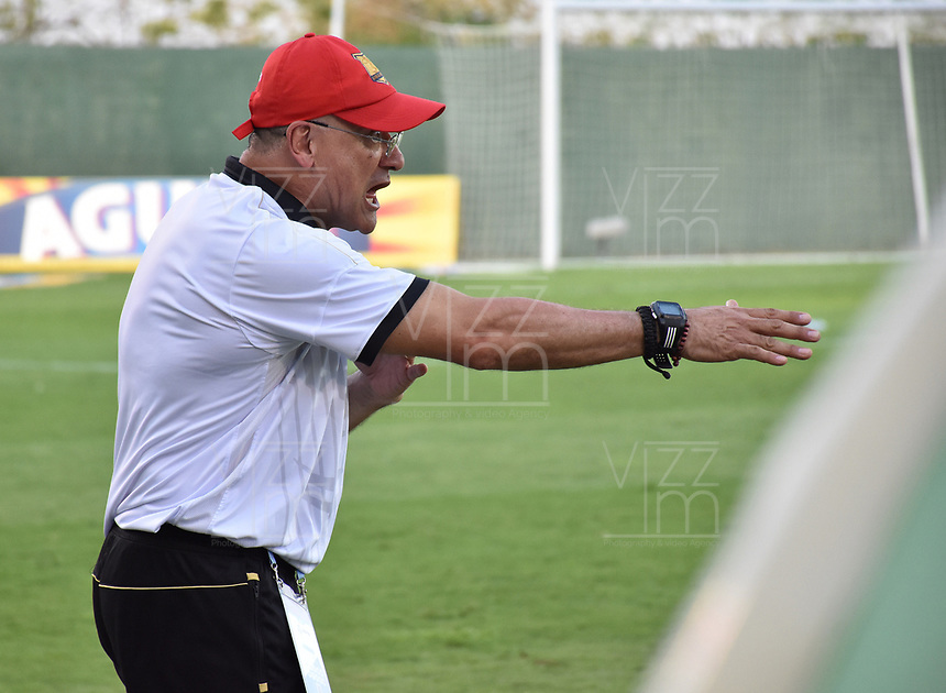 MONTERIA - COLOMBIA, 07-04-2019: Eduardo Cruz técnico de Rionegro gesticula durante el partido por la fecha 14 de la Liga Águila I 2019 entre Jaguares de Córdoba F.C. y Rionegro Águilas jugado en el estadio Jaraguay de la ciudad de Montería. / Eduardo Cruz coach of Rionegro gestures during match for the date 14 as part Aguila League I 2019 between Jaguares de Cordoba F.C. and Rionegro Aguilas played at Jaraguay stadium in Monteria city. Photo: VizzorImage / Andres Felipe Lopez / Cont