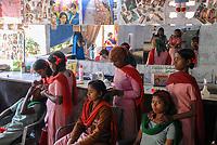 INDIA, New Delhi, Balika Ashram for former child labourer , vocational training for girls in beauty parlour  / INDIEN, Neu Delhi , Balika Ashram der NGO BBA / SACCS für ehemalige Kinderarbeiter , Friseur und Kosmetik Ausbildung , Haar styling