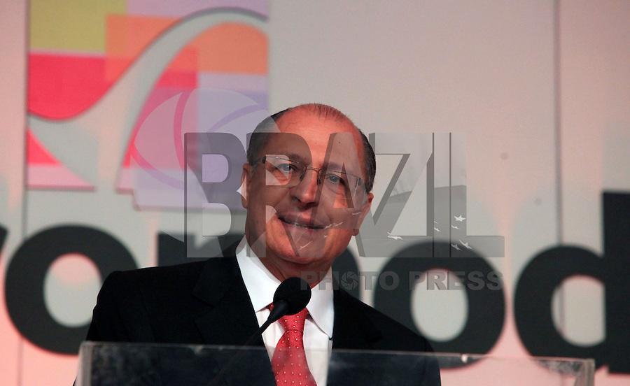 SAO PAULO, SP, 16 DE JANEIRO DE 2012 - COUROMODA - O governador de Sao Paulo Geraldo Alckmin durante abertura da Feira Couromoda, no pavilhao de Exposicao do Anhembi zona norte da cidade, nesta manha de segunda-feira (16). FOTO: RICARDO LOU - NEWS FREE.