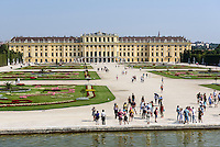Spätbarocke Sommerresidenz Schloss Schönbrunn, Blick vom Neptunbrunnen, Wien, Österreich, UNESCO-Weltkulturerbe<br />  late Baroque summerresidence Schloss Schönbrunn, Vienna, Austria, world heritage