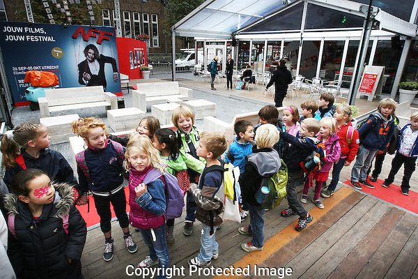 20120927 - Utrecht - Foto: Ramon Mangold - Nederlands Filmfestival 2012/ NFF - Filmeducatie. Schoolkinderen verzamelen bij het festivalpaviljoen op de Neude. Gezamenlijk gaan ze naar de bioscoop.