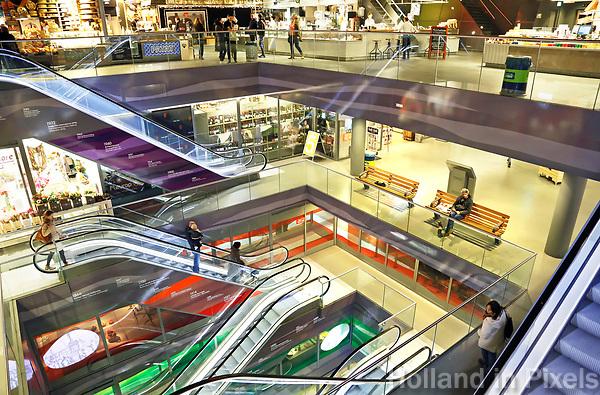 Nederland Rotterdam   2017 - De Markthal in Rotterdam is een woon- en winkelgebouw met inpandige markthal, gesitueerd bij Blaak. Naast een overdekte markt herbergt het complex 228 appartementen, winkels en horeca. Het gebouw is een ontwerp van MVRDV architecten. De roltrappen.  Foto Berlinda van Dam / Hollandse Hoogte