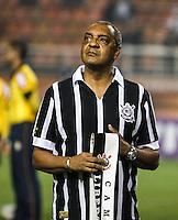 SAO PAULO, SP, 11 JULHO 2012 - CAMP. BRASILEIRO - CORINTHIANS X BOTAFOGO - Basilio do Corinthians na decada de 70 entregam faixa de campeao da Libertadores da America ao elenco atual do Corinthians que foi Campeao da competicao, momentos antes da partida contra o Botafogo jogo valido pelo Campeonato Brasileiro, no Estadio Paulo Machado de Carvalho (Pacaembu). (FOTO: WILLIAM VOLCOV / BRAZIL PHOTO PRESS)