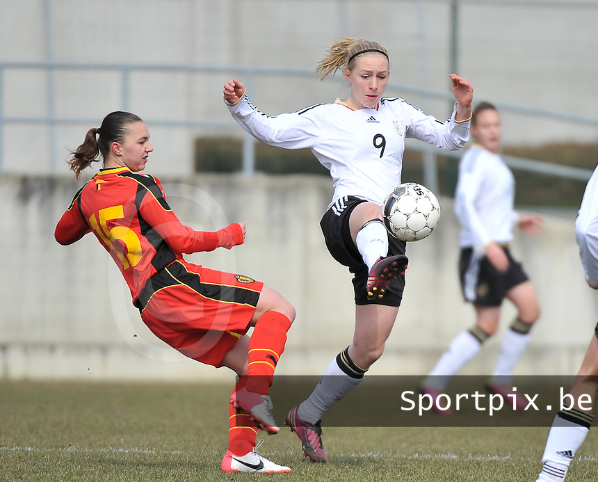 Belgie U17 - Duitsland U17 : .Pauline Bremer in duel met Jody Vangheluwe (links).foto DAVID CATRY / Vrouwenteam.be