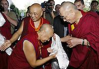 Tibetan spiritual leader the Dalai Lama (R) arrives to a press conference in Lisbon, 12 September 2007.