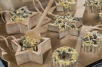 Selbstgemachtes Vogelfutter, Selbstgemachte Fettfuttermischung, wird in Förmchen gefüllt, Zutaten Kokosfett, Hanfsamen, Maismehl, Erdnussbruch, Sonnenblumenkerne, Sonnenblumenöl, Vogelfutter selbst herstellen, Vogelfutter selber machen, Fettfutter für Meisenknödel, Fettfuttermischung, Vogelfütterung, Fütterung, bird's feeding, bird seed, birdseed