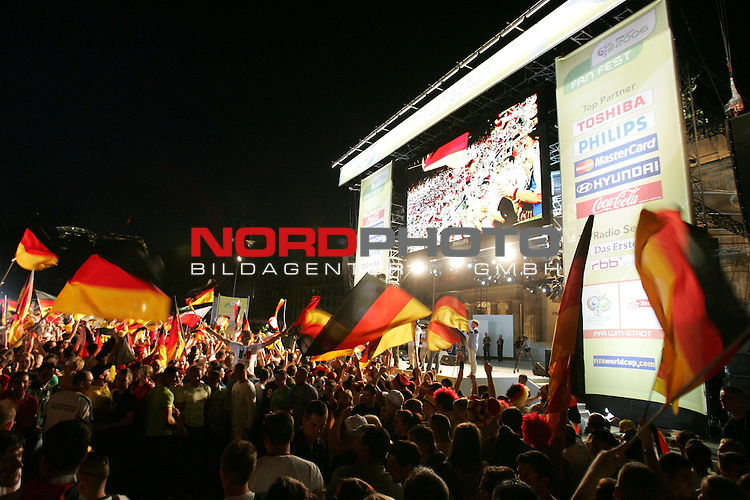 FIFA WM 2006 Germany - Fan Feature<br /> 500000 German supporters celebrate at the Brandenburger Tor in Berlin (public viewing place).<br /> Foto &copy; nordphoto