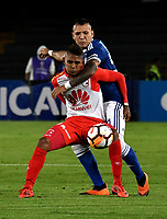 BOGOTÁ - COLOMBIA, 02-09-2018: Juan Guillermo Domínguez (Der.) jugador de Millonarios (COL), disputa el balón con Arley Rodríguez (Izq.) jugador de Independiente Santa Fe (COL), durante partido de vuelta entre Millonarios (COL) y el Independiente Santa Fe (COL), de los octavos de final, llave A por la Copa Conmebol Sudamericana 2018, en el estadio Nemesio Camacho El Campin, de la ciudad de Bogotá. / Juan Guillermo Dominguez (R) player of Millonarios (COL), figths for the ball with Arley Rodriguez (L) player of Independiente Santa Fe (COL), during a match of the second leg between Millonarios (COL) and Independiente Santa Fe (COL), of the eighth finals, key A for the Conmebol Sudamericana Cup 2018 in the Nemesio Camacho El Campin stadium in Bogota city. Photo: VizzorImage / Luis Ramírez / Staff.