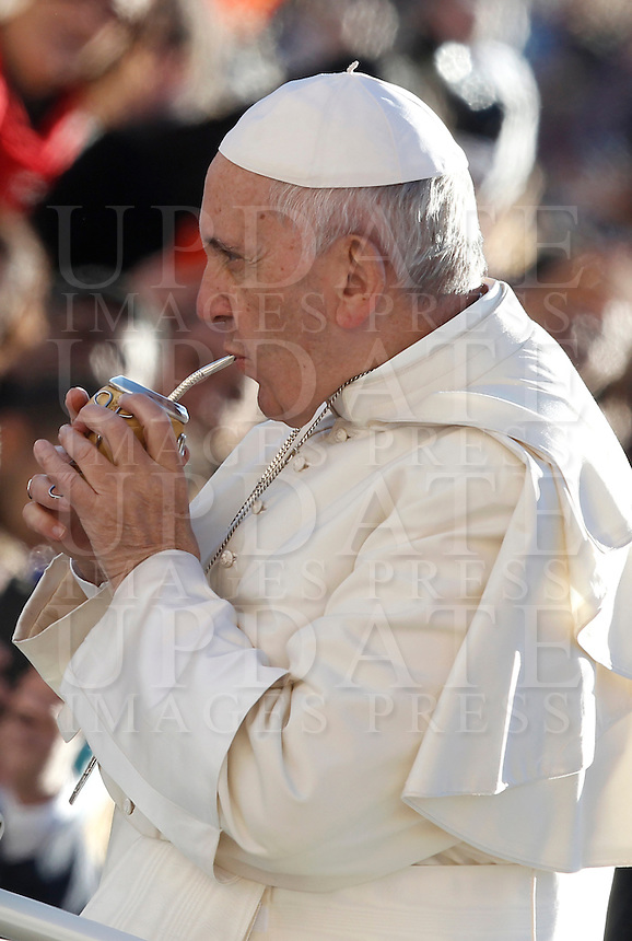 Papa Francesco beve mate offerto dai fedeli al suo arrivo all'udienza generale del mercoledi' in Piazza San Pietro, Citta' del Vaticano, 12 ottobre 2016.<br />