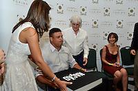 """ATENÇÃO EDITOR FOTO EMBARGADA PARA VEÍCULOS INTERNACIONAIS - SAO PAULO, SP, 22 DE NOVEMBRO DE 2012 – LANÇAMENTO DO LIVRO OFICIAL DA F1: Esposa de Bernie Ecclestone (e), Ronaldo (c) e Bernie Ecclestone (d) durante lançamento do livro """"Formula 1™ Opus"""" no Brasil, livro oficial da Fórmula 1™, e anúncio da joint venture firmada entre as editoras Toriba Editora e a Opus (UK) na noite desta quinta feira (22) no Hotel Transamerica em São Paulo . FOTO: LEVI BIANCO - BRAZIL PHOTO PRESS"""