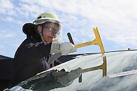 4. Erlebnistag der Feuerwehr Gross-Gerau<br /> Nancy Bosse schlägt die Frontscheibe ein beim Aufschneiden eines Autos<br /> Foto: Vollformat/Marc Schüler, Schäfergasse 5, 65428 Rüsselsheim, Fon 0151/11654988, Bankverbindung Kreissparkasse Gross Gerau BLZ. 50852553 , KTO. 16003352. Alle Honorare zzgl. 7% MwSt.