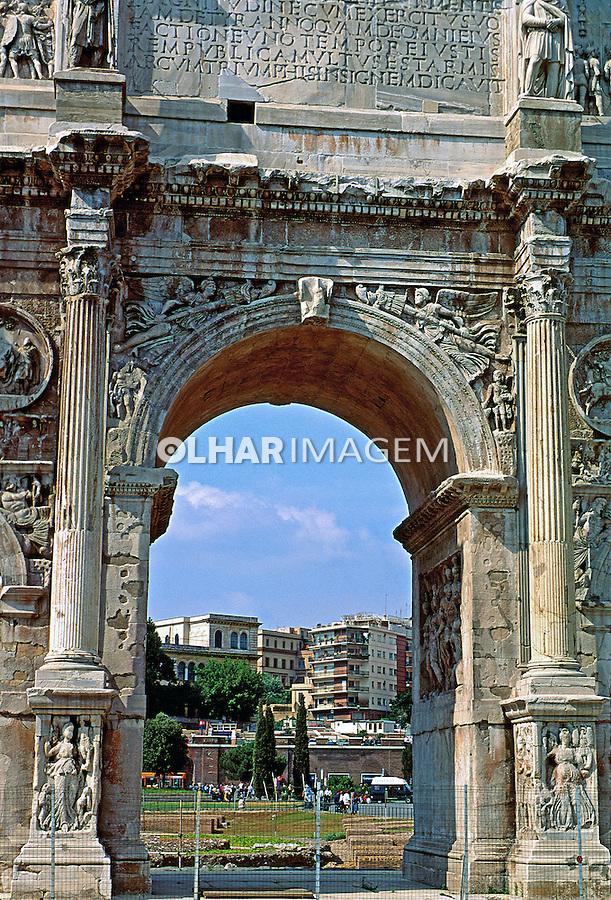 Arco Romano na entrada do Coliseu em Roma. Itália. 1998. Foto de Juca Martins.