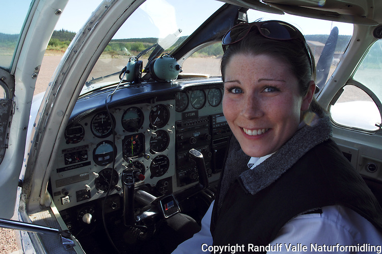 Kvinnelig bush-pilot ---- Female bush pilot