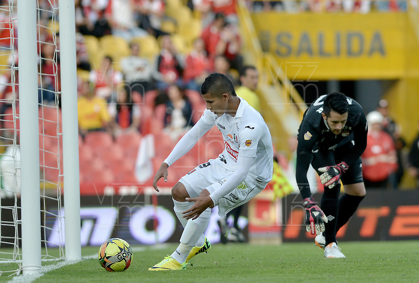 BOGOTÁ -COLOMBIA, 04-05-2014. Cesar Arias (Izq) del Once Caldas va porel balón despues de anotar un gol en contra de Independiente Santa Fe durante partido de vuelta por los cuartos de final de la Liga Postobón  I 2014 jugado en el estadio Nemesio Camacho el Campín de la ciudad de Bogotá./ Cesar Arias (L) of Once Caldas goes for the ball after scores a goal against Independiente Santa Fe during second leg match for the quarterfinals of the Postobon League I 2014 played at Nemesio Camacho El Campin stadium in Bogotá city. Photo: VizzorImage/ Gabriel Aponte / Staff