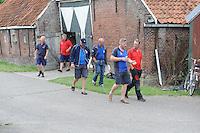SKÛTSJESILEN: ELAHUIZEN: De Fluezen, 24-07-2015, SKS kampioenschap 2015, winnaar werd het skûtsje van Joure met schipper Dirk Jan Reijenga, na afloop van de vergadering over de weervoorspellingen van de wedstrijd zaterdag bij Stavoren, Dirk Jan Reijenga voorop in gesprek, gevolgt door Alco Reijenga en Roel Wester, Auke de Groot en Albert Visser, ©foto Martin de Jong