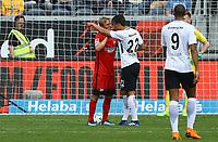 Timothy Chandler (Eintracht Frankfurt) diskutiert mit Per Skjelbred (Hertha BSC Berlin) über den Elfmeter - 21.04.2018: Eintracht Frankfurt vs. Hertha BSC Berlin, Commerzbank Arena