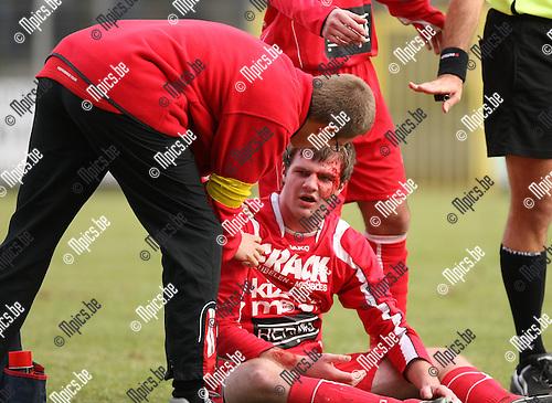 2010-02-21 / Voetbal / seizoen 2009-2010 / Rupel-Boom - KVK Ieper / Kenny Pollet (Ieper) werd vervangen na een stevig kopduel met Verroken van Rupel-Boom..Foto: mpics