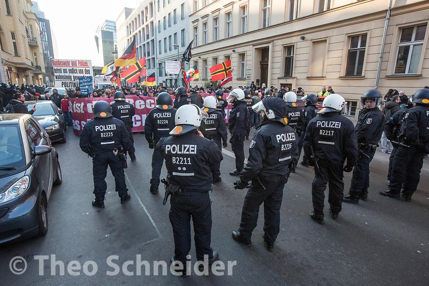 """Die Polizei stoppe den Aufzug mehrfach // Rund 300 Rechte, darunter Neonazis und AfD-Anhänger, versammelten sich unter dem Motto """"Nein zur GroKo"""" in Berlin."""