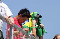 SÃO PAULO, SP, 13 DE MARÇO DE 2010 - TREINOS SÃO PAULO INDY 300 - Na manhã de hoje treinos para a corrida São Paulo Indy 300, etapa de abertura da temporada 2010 da IZOD IndyCar Series. Na foto torcedor acompanha treino se protegendo do calor nas arquibancadas do Anhembi. A corrida acontece amanhã, nas ruas de São Paulo, passando pelo Sambódromo e Marginal do Tietê. (FOTO: WILLIAM VOLCOV / NEWS FREE).