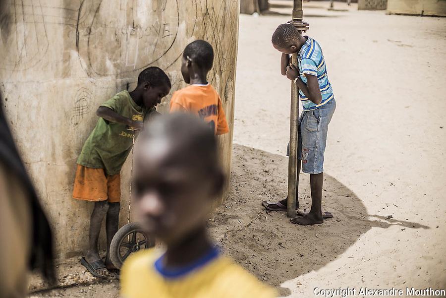 Le béton de l'ancien puits sert de support aux graffitis des enfants et leur fait de l'ombre, aux heures chaudes, à défaut de leur offrir de l'eau à bas coût. L'électricité fournie par les centrales thermiques est polluante, de mauvaise qualité (les variations d'intensité usent prématurément tous les appareils), chère, et les délestages, une habitude mal vécue. Des émeutes ont éclaté à Dakar à cause des coupures répétées. Les artistes se sont emparés du sujet. Voir le clip « Senelec-Coupelec » de 2010, du groupe sénégalais HA2N : https://www.youtube.com/watch?v=t9uejcOziT4