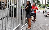 ATENCAO EDITOR: FOTO EMBARGADA PARA VEICULO INTERNACIONAL - SAO PAULO, SP 25 DE NOVEMBRO 2012 - FUVEST Movimentação de candidatos antes do início da prova da primeira fase do vestibular 2013 da Fuvest na Univove Barra Funda regiao oeste da capital paulista. FOTO: WILLIAM VOLCOV - BRAZIL PHOTO PRESS.