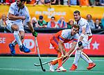 Den Bosch  -  Jeroen Hertzberger (Ned) brengt de stand op 4-2   tijdens   de Pro League hockeywedstrijd heren, Nederland-Belgie (4-3).   rechts John-John Dohmen (Belgie) en links Loïck Luypaert (Belgie)   COPYRIGHT KOEN SUYK