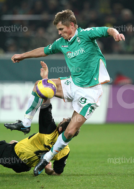 Fussball   DFB POKAL    Achtelfinale   Saison 2007/2008       Borussia Dortmund  2-1  SV Werder Bremen                 29.01.2008 Markus Rosenberg (oben,Bremen)  gegen Robert Kovac (Dortmund)