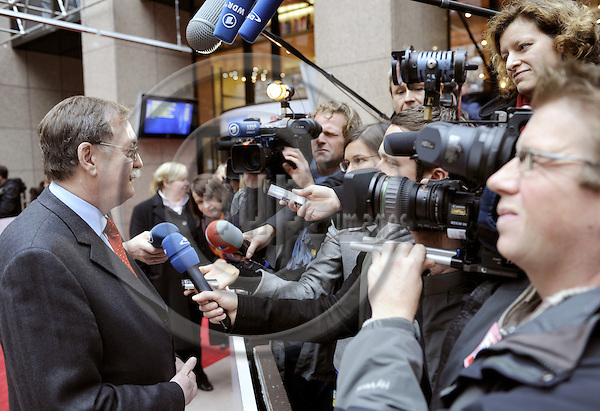 Brussels-Belgium, 18 November 2008 -- Meeting of European Ministers on Agriculture and Fisheries; here, Gert LINDEMANN (le), State Secretary of the German Federal Ministry of Food, Agriculture and Consumer Protection, addressing the media at his arrival at the EU-Council's building -- Photo: Horst Wagner/eup-images