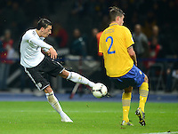 Fussball International  WM Qualifikation 2014   16.10.2012 Deutschland - Schweden Tor zum 4:0 durch Mesut Oezil (li, Deutschland)  gegen Mikael Lustig (Schweden)