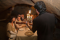 Europe/France/2A/Corse du Sud / Murtoli: Domaine de Murtoli dans la vallée de l'Ortolo la grotte a étée aménagée en restaurant- Paul Canarelli et son épouse Frédérique au restaurant de la grotte lors d'une soirée animée par Jean Menconi -Chants corses [Non destiné à un usage publicitaire - Not intended for an advertising use]