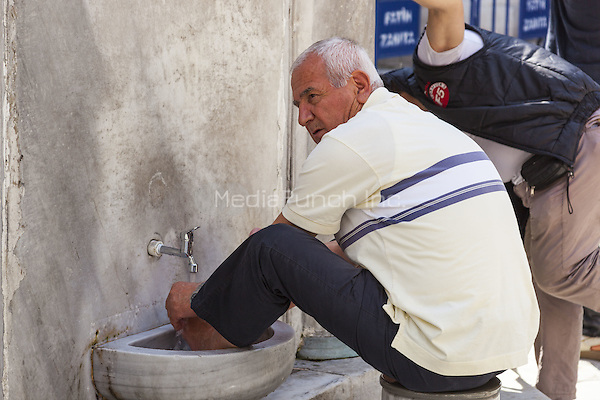 Muslim man washing his feet at the New Mosque, Eminonu Yeni Camii, Eminonu, Istanbul, Turkey  May 2015.<br /> CAP/MEL<br /> &copy;MEL/Capital Pictures /MediaPunch ***NORTH AND SOUTH AMERICA ONLY***