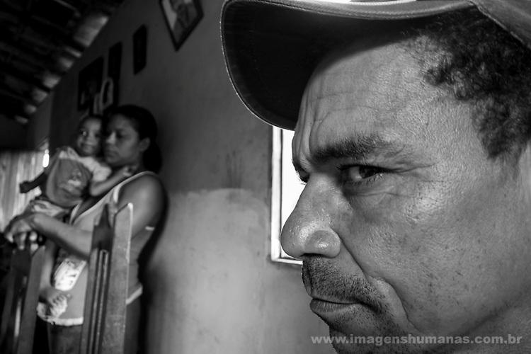 Descrição: Comunidade Caldeirão, município de Itinga região do médio Jequitinhonha, Norte de Minas Gerais. Nessa região é possível encontrar dois tipos de biomas: caatinga e mata atlântica. A ASA Brasil, Articulação no Semiárido Brasileiro, tem implementado em diversas comunidades no Norte de Minas o Programa Uma Terra e Duas Águas (P1+2) e o Programa Um Milhão de Cisternas (P1MC) que tem como objetivo viabilizar a captação e armazenamento de água de chuva nessas comunidades para consumo humano, criação de animais e produção de alimentos. Entre os parceiros para implementação dos projetos tem destaque na região a Cáritas Diocesana de Araçuaí.