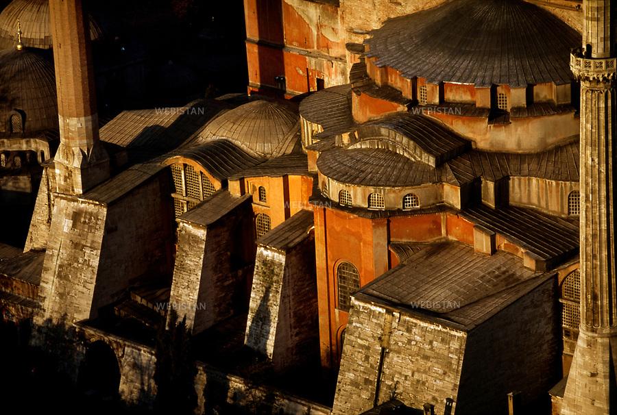 1999..Aerial view of the architecture of Hagia Sophia in Istanbul, supported by buttresses to give stability to the building...Vue aérienne de l'architecture d'Hagia Sophia à Istanbul, soutenue par des contreforts pour donner de la stabilité à l'édifice.