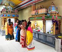 Nederland Den  Helder 2016  06 26. Jaarlijkse tempelfeest bij de Hindoe tempel in Den Helder.. Vereniging Sri Varatharaja Selvavinayagar voltooide in 2003 het gebouw dat wordt gebruikt voor het bevorderen van kunst en cultuur. Een ander deel wordt gebruikt voor het praktiseren van religieuze waarden. Het hoogtepunt van de feestperiode is het voorttrekken van de wagen ( chithira theer of ratham ). Dit is een kleurrijke optocht, waarbij de godheid Ganesh in de wagen wordt voortgetrokken door gelovigen. Interieur van de tmpel.  Foto Berlinda van Dam /  Hollandse Hoogte
