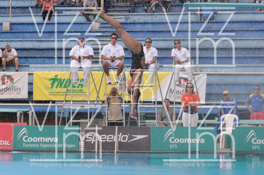 MEDELLIN -COLOMBIA, 08-06-2013. La colombiana Isabel P&eacute;rez en uno de sus intentos en el trampol&iacute;n de 3 metros durante el Campeonato Sudamericanos de Clavados en Medell&iacute;n. P&eacute;rez gan&oacute; la medalla de plata/<br /> Colombian diver Isabel Perez in an attempt at the 3m springboard during the XXIV South American championship diving in Medellin. Perez won the silver medal in this category. Photo: VizzorImage/Luis Rios/STR