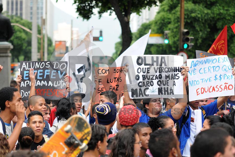 RIO DE JANEIRO,RJ,21 DE MARCO DE 2013 -  PROTESTO DOS ESTUDANTES DO MINICIPIO- Estudantes do Município realizaram nesta darde uma passeata no Centro do Rio. Alunos de várias escolas se reuniram na Praça da Candelária, onde caminharam pela Avenida Rio Branco em direção a ALERJ na rua Primeiro de Março. Eles reinvidicam por melhores condições de estudo e reclamam do abandono de algumas escolas que faltam funcionários da limpeza, e algumas vezes os próprios alunos são obrigados a limparem os banheiros. Também cobram melhoria nos salários dos professores e protestam contra o gasto de dinheiro público com grandes eventos como a Copa. FOTO: SANDRO VOX/ BRAZIL PHOTO PRESS