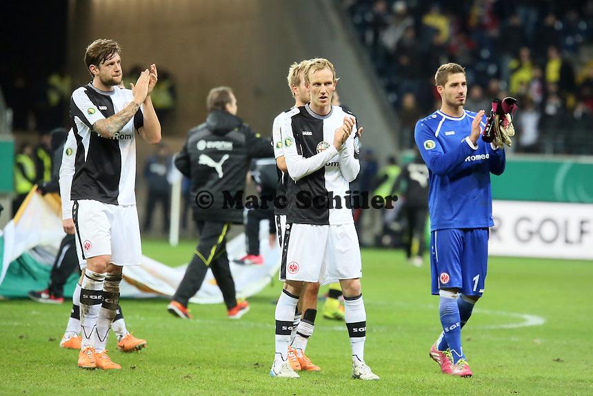 Marco Russ, Jan rosenthal, KEvin Trapp (Eintracht) bedanken sich bei den Fans - Eintracht Frankfurt vs. Borussia Dortmund, DFB-Pokal Viertelfinale