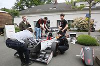 """Das DART-Team legt vor der großen öffentlichen Präsentation noch letzte Handgriffe an den Boliden """"Lambda 2016"""""""