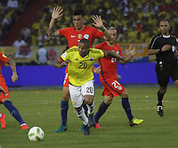 BARRANQUILLA -COLOMBIA, 10-NOVIEMBRE-2016. Macnelly Torres(Izq.) jugador de Colombia disputa el balón con Enzo Roco(Der.) de Chile durante el  encuentro  por las eliminatorias al mundial de Rusia 2018  disputado en el estadio Metropolitano Roberto Meléndez de Barranquilla./ Macnelly Torres(R) Colombia player fights for the ball with Enzo Roco (L) of Chile during the qualifying match for the 2018 World Championship in Russia Metropolitano Roberto Melendez stadium in Barranquilla . Photo:VizzorImage / Felipe Caicedo  / Staff