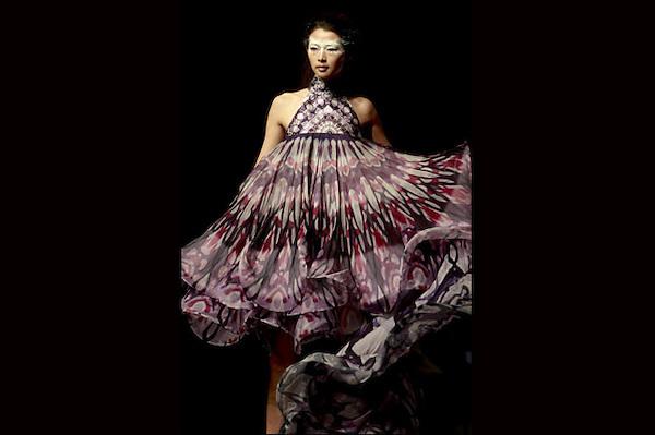 SMA017 PEKÍN (CHINA) 29/10/2012.- Una modelo presenta la creación de un estudiante graduado de la Colección Graduado ESMOD durante la Semana de la Moda de Pekín, en China, hoy lunes 29 de octubre de 2012. El escaparate de la moda chino se celebra entre el 24 de octubre y el 3 de noviembre. EFE/Diego Azubel