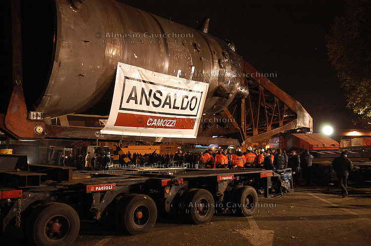 22 NOV 2004 Milano: industria metalmeccanica Ansaldo Camozzi, trasporto eccezionale, generatore di vapore per centrale nucleare nel Nevada (USA).NOV 22 2004 Milan: engineering industry Ansaldo Camozzi. Transport of a steam generator for a nuclear plant in Nevada USA..