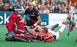 BLOEMENDAAL   - Hockey - Tim Jenniskens (Bldaal) stuit op keeper Jan de Wijkerslooth (adam)    3e en beslissende  wedstrijd halve finale Play Offs heren. Bloemendaal-Amsterdam (0-3).     Amsterdam plaats zich voor de finale.  COPYRIGHT KOEN SUYK
