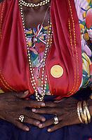 Europe/France/DOM/Antilles/Petites Antilles/Guadeloupe/Saint-Felix : Village Caraïbes - Détail de la tenue de Jeanne Carmelite membre de l'association des cuisinières