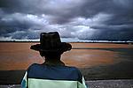 Ribeirinho observa o encontro do Rio Sao Francisco com o Rio Grande na cidade de Barra. Bahia. 2004. Foto de Joao Roberto Ripper.
