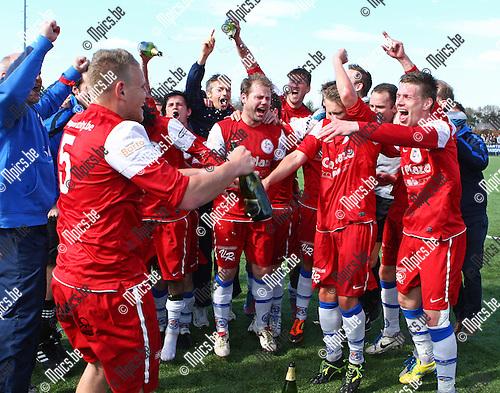 2013-04-28 / seizoen 2012-2013 / voetbal /  De spelers van FC Turnhout vieren de titel