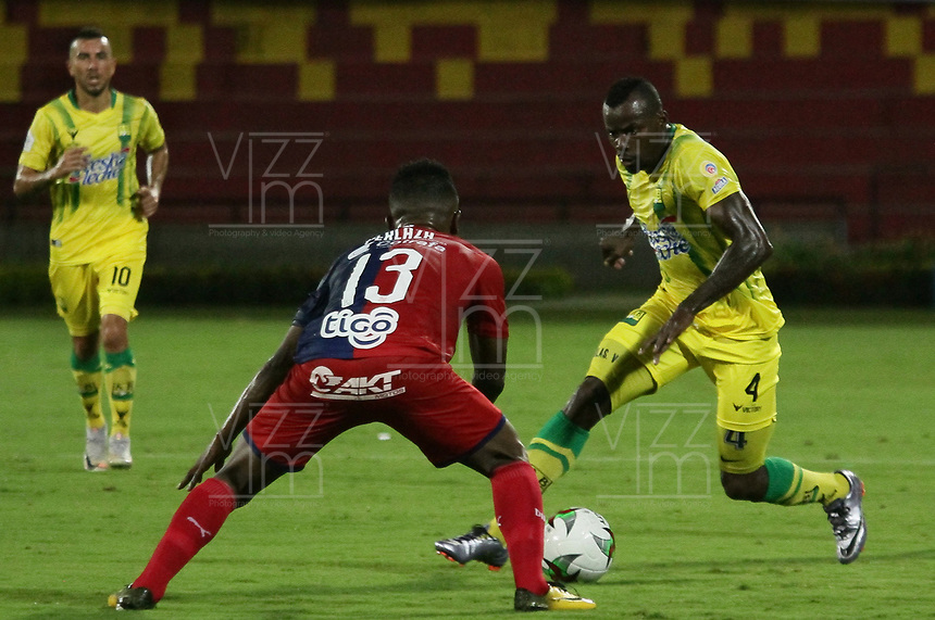 BUCARAMANGA - COLOMBIA, 06-10-2019: Marvin Vallecilla del Bucaramanga disputa el balón con Elvis Perlaza de Medellín durante partido por la fecha 15 entre Atlético Bucaramanga y Deportivo Independiente Medellín como parte de la Liga Águila II 2019 jugado en el estadio Alfonso López de la ciudad de Bucaramanga. / Marvin Vallecilla of Bucaramanga vies for the ball with Elvis Perlaza of Medellín during match for the date 15 between Atletico Bucaramanga and Deportivo Independiente Medellin as a part Aguila League II 2019 played at Alfonso Lopez stadium in Bucaramanga city. Photo: VizzorImage / Oscar Martinez / Cont