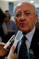 il candidato alla presidenza della regione campania Vincnzo De Luca all'uscita di uno studio televisivo  tiene un improvvisata conferenza stampa sulle dichiarazione del presidente della commisione Antimafia