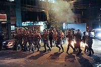 SÃO PAULO, 29.07.2013SP_    SAO PAULO, SP, 30.07.2013 - PROTESTO FORA ALCKMIN - Polícia Militar entra em confronto com manifestantes na Av Teodoro Sampaio, em Pinheiros, na zona oeste da capital paulista, durante protesto pedindo a saída do governador de São Paulo, Geraldo Alckmin do cargo, e em apoio a manifestantes do Rio de Janeiro que pedem a saída do governador Sérgio Cabral, na noite desta terça-feira (30). (Foto: Adriano Lima / Brazil Photo Press).