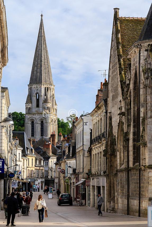 France, Loir-et-Cher (41), Vendôme, rue commerçante, la rue du Change et le clocher de l'église de la Trinité // France, Loir et Cher, Vendome, Change street