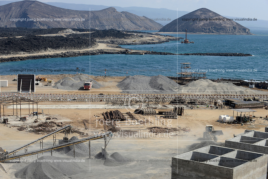 DJIBOUTI Lac Ghoubet, construction of new mineral port by CHEC China harbour engineering Company, Djibouti plans to export 5000 tons salt from Lac Assal from here / DSCHIBUTI See Ghoubet, neuer Hafen fuer Salz Export, Fertigstellung durch eine chinesische Baufirma CHEC